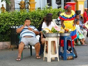 "Mooie verklede ""fruit"" dames in Cartagena."