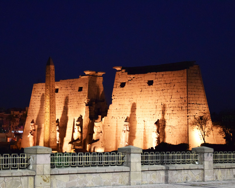 De tempel van Luxor by night