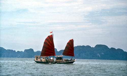 Halong Bay - rotsen in het water